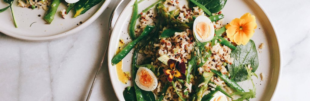 Vollkorn-Basmati-Salat mit grünem Spargel, Zuckerschoten, Spinat, Quinoa und Kurkuma-Dijonsenf-Dressing 1