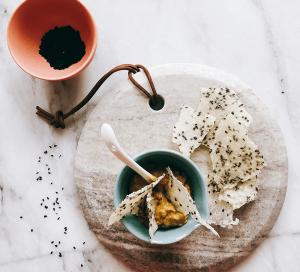 Reis-Cracker mit Avocado-Miso-Dip 22